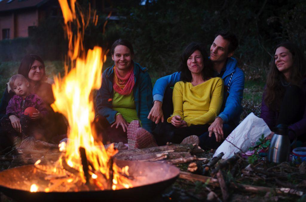 Auenweide-Mitglieder sitzen ums Lagerfeuer