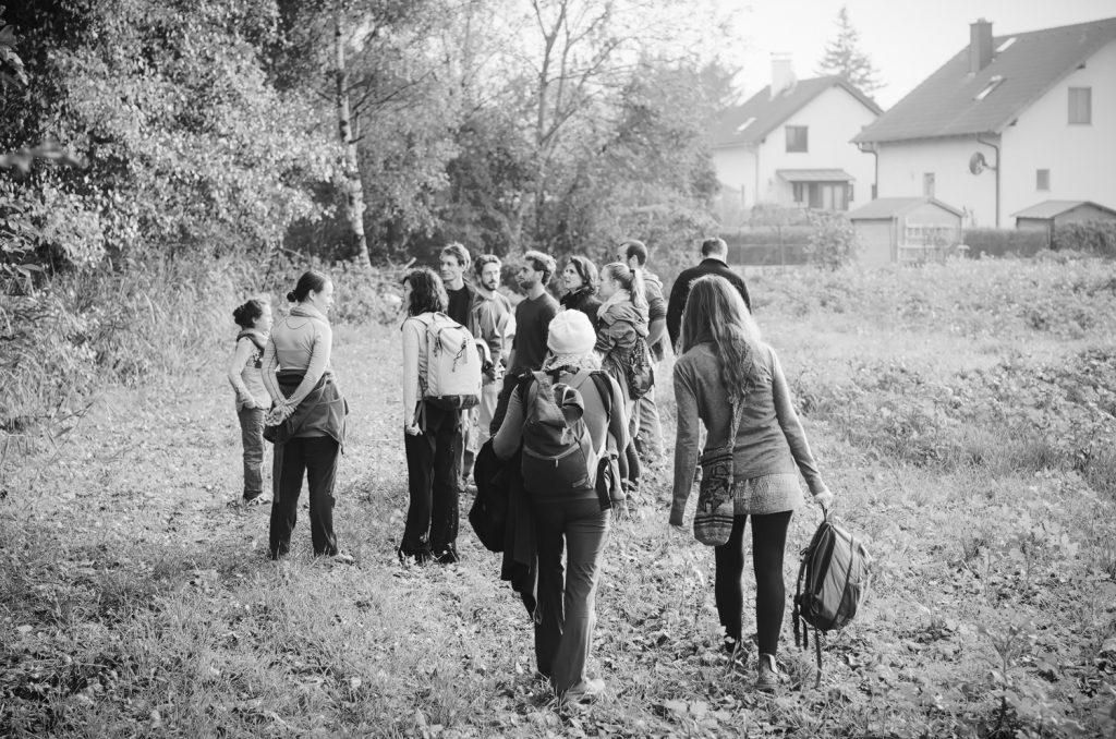 Auenweide-Mitglieder spazieren durch das Feld au dem das Grundstück stehen wird.